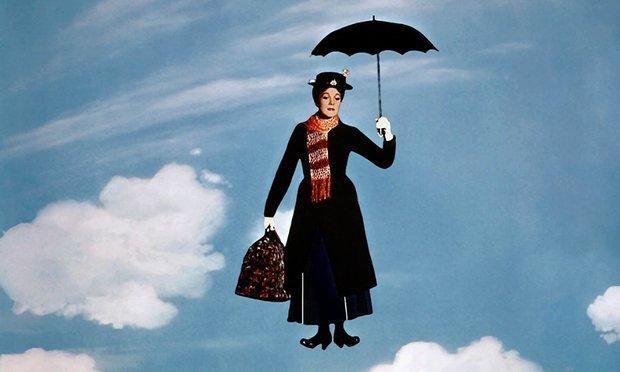 Julie Andrews em cena de Mary Poppins