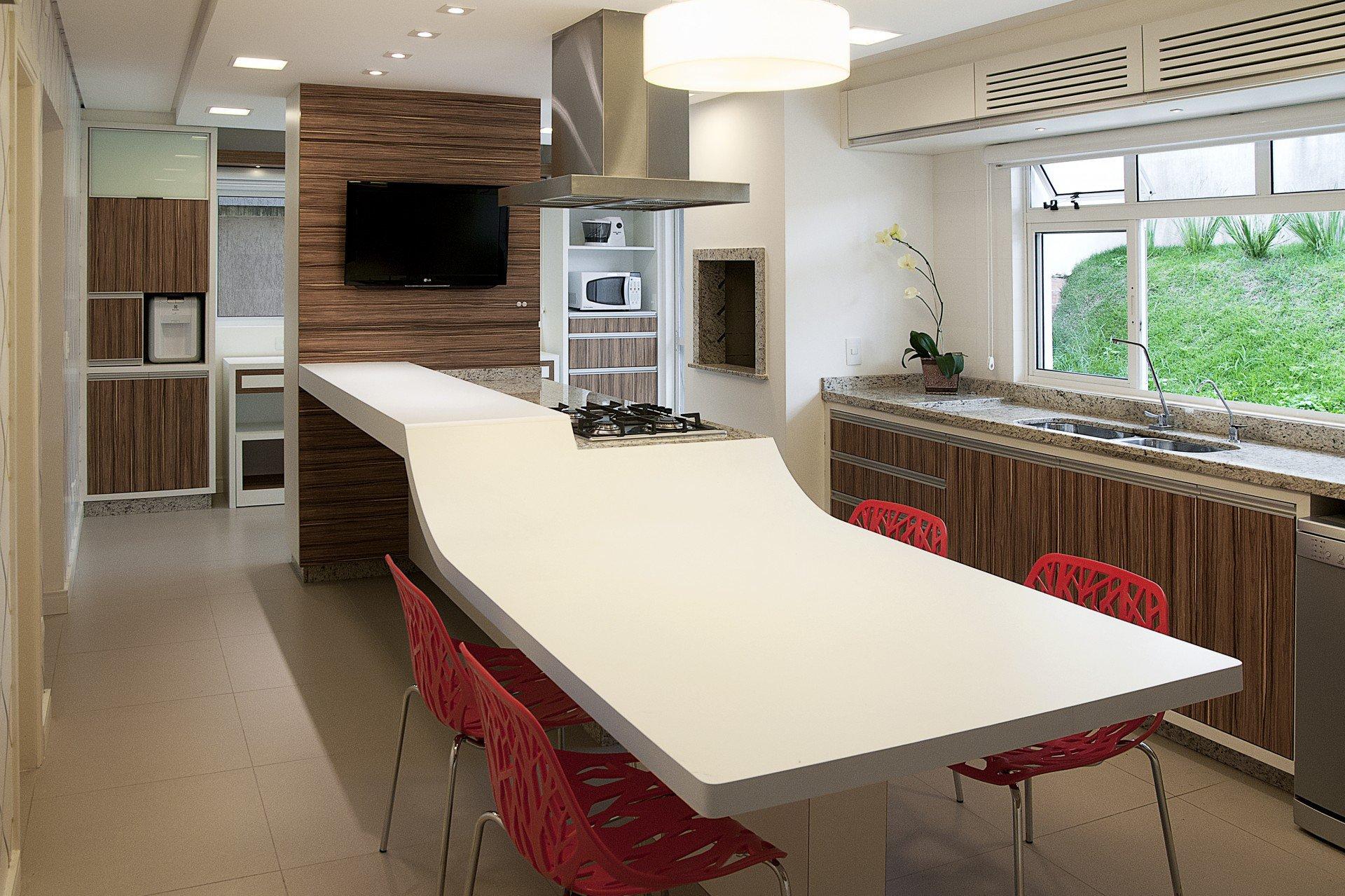 de uma cozinha Bancada que vira mesa é aposta em projeto ousado de #A3282A 1920 1279