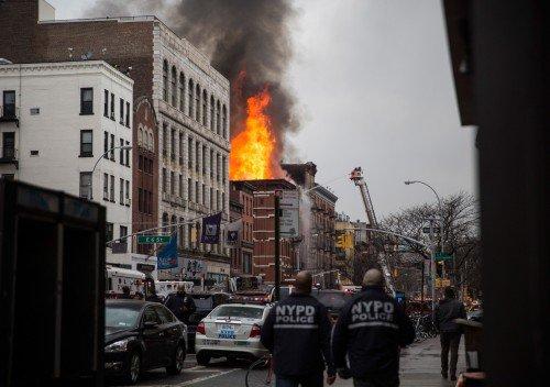 Incêndio de grandes proporções atingiu edifício de apartamentos e lojas no bairro do East Village, em Nova York, deixando cerca de 12 feridos