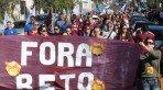"""Manisfestantes carregavam cartazes com os dizeres """"Fora Beto"""""""