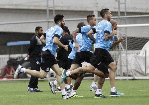 Roger acompanha treino no CT Luiz Carvalho