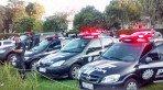 Foi com aplausos e sirenes que colegas, amigos e familiares se despediram na tarde desta quarta-feira, 1�, do policial civil Andr� Klein Ferreira, 34 anos, morto ao chegar em casa no bairro Igara.