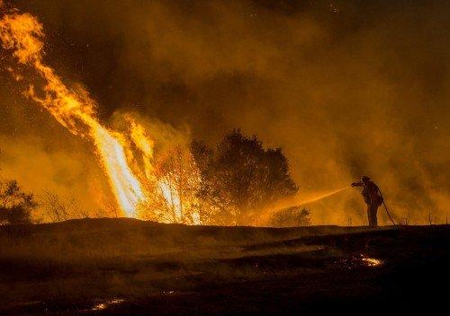 Bombeiros combatem série de incêndio na Califórnia, nos Estados Unidos