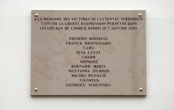 Placa em homenagem às vítimas do Charlie Hebdo tem erro de ortografia.