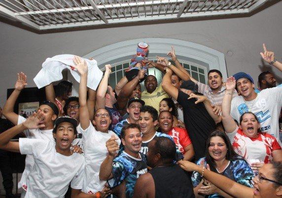Integrantes da Portela comemoraram resultado em frente ao Espaço Cultural Albano Hartz