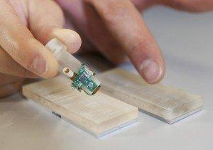 Dedo biônico criado por cientistas suíços e italianos, que permitiu a amputado perceber sensações de textura