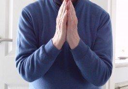 Namaste é normalmente feito com as mãos unidas em frente ao peito