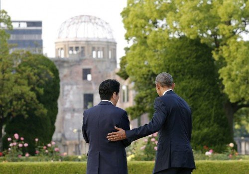 O presidente Barack Obama fez hoje (27) visita hist�rica a Hiroshima, cidade japonesa destru�da por uma bomba nuclear americana em 1945. Ele colocou uma coroa de flores no memorial de paz da cidade e lamentou o sofrimento de pessoas inocentes em raz�o do bombardeio at�mico na cidade. Como Obama j� havia antecipado, a visita n�o foi acompanhada por um pedido formal de desculpas dos Estados Unidos pelo lan�amento da bomba nuclear. No entanto, o presidente norte-americano disse que n�o se deve ''repetir os erros do passado''.