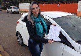 Pâmela Ortolan com a carta deixada pelo ladrão de seu carro