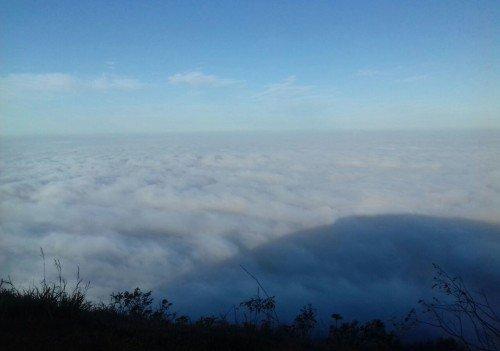 A sombra do morro se torna totalmente vis�vel com o 'tapete' de nuvens