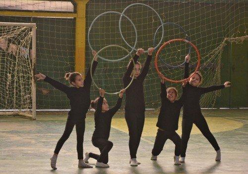 Meninas ensaiam coreografia para passagem da Tocha Ol�mpica