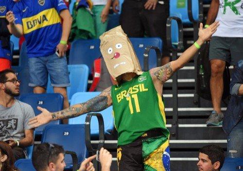 Um torcedor do Brasil com uma m�scara durante a partida de basquete entre Brasil e Argentina