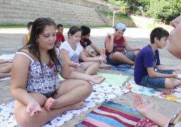 Em férias, estudantes de Novo Hamburgo aprendem técnicas do ioga