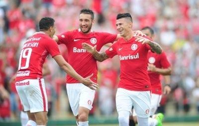 Bom momento: Roberson, Léo Ortiz comemoram com Cuesta, autor do primeiro gol colorado na vitória da tarde de ontem pelo Gauchão