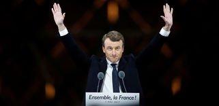 Emmanuel Macron comemora sua vitória ontem, em Paris.