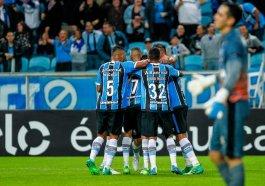Jogadores do Grêmio comemoram gol durante partida contra o Botafogo no primeiro jogo do Brasileirão 2017