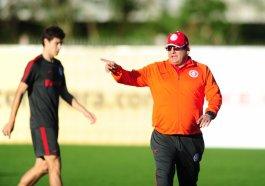Técnico Guto Ferreira estará à beira do campo no domingo