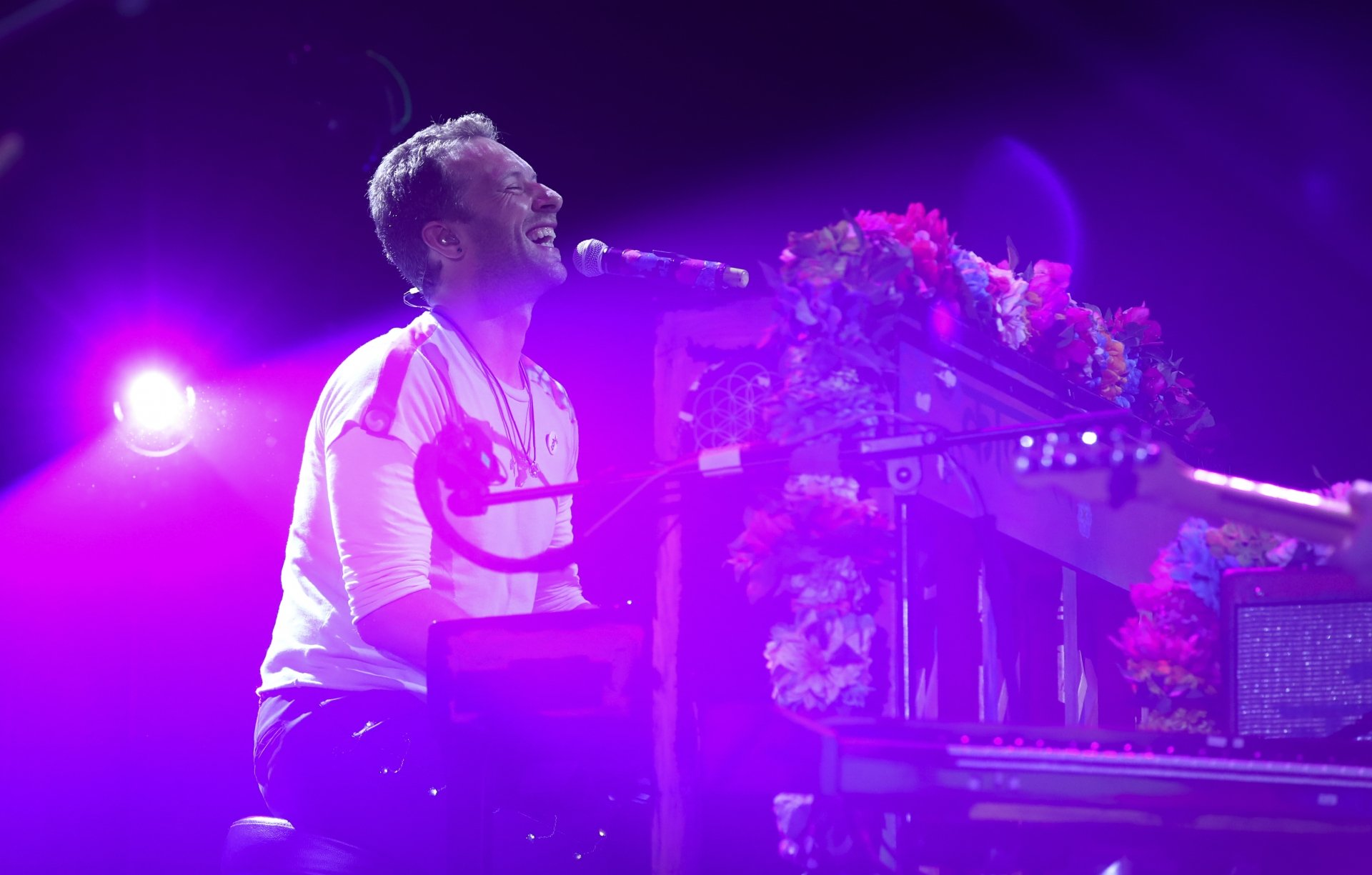 Ronny Hartmann  AFP                 		 					Chris Martin toca piano durante show do Coldplay na Al