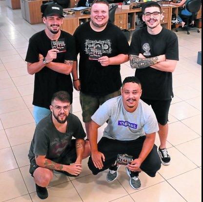 O GRUPO: Gustavo, Ricardo, Marcus (em pé) e Lucas e Wagner