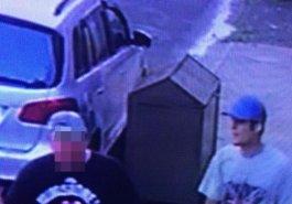 Homem de boné azul, camiseta clara e bermuda amarela é autor do roubo ao pedestre
