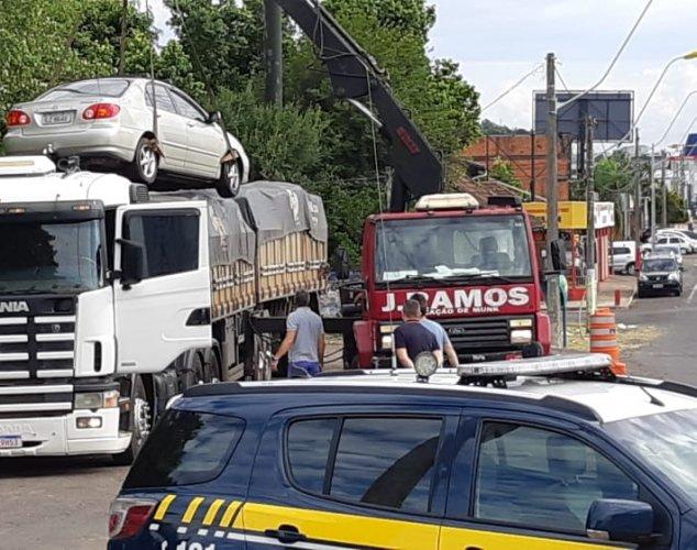Motorista foi autuado e veículo retirado de cima da carga do caminhão