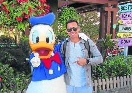 Alexandre e o pato: o ex-morador de Cachoeirinha posa com Pato Donald na Disney, em Orlando