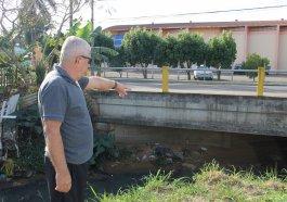 Alves mostra sujeira que fica debaixo da ponte