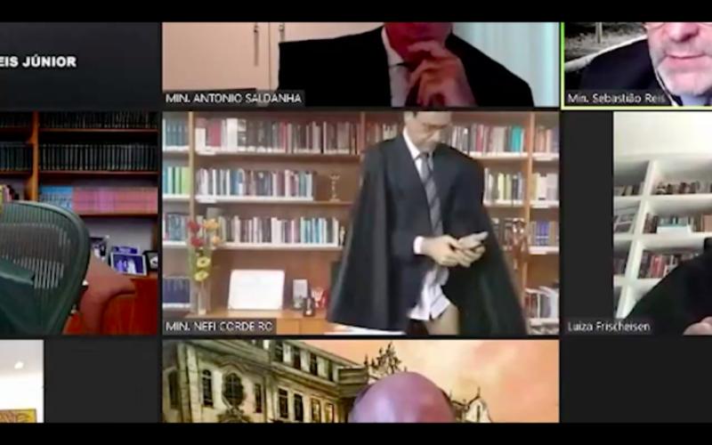 Ministro surge de cuecas, com a sua toga até a cintura, como mostram os segundos divulgados pelo site jurídico Jota.